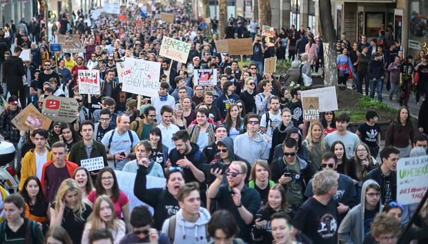Auch in Stuttgart waren am Samstag Tausende auf den Straßen, um gegen die Urheberrechtsreform zu demonstrieren. Sie verlangen vor allem eine Streichung des Artikels 13, der Upload-Filter notwendig machen würde.
