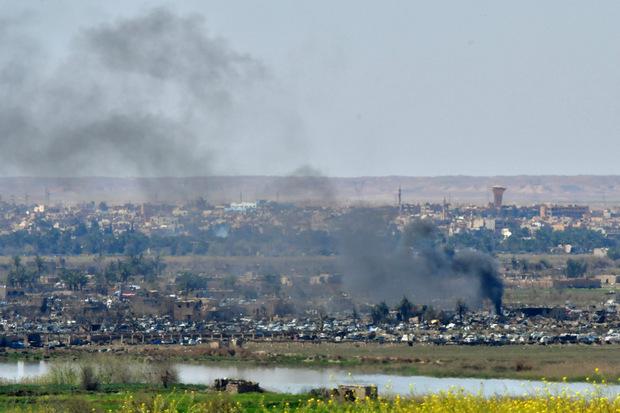 Aufsteigender Rauch in der letzten IS-Bastion Baghus in Syrien.