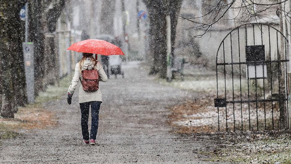 Der Montag wird unbeständig: Sonne, Wolken, Regen- oder Schneeschauer sind möglich.