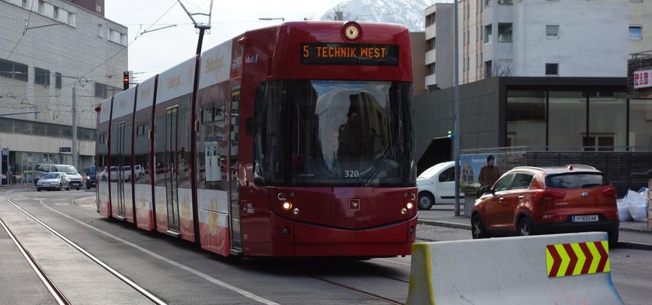 Derzeit endet die Tramlinie 5 in der Schützenstraße (Bild) im Olympischen Dorf. Bis 2022 wird sie als Regionalbahn über die Serlesstraße bis zur Endstation beim Rumer Bahnhof verlängert.
