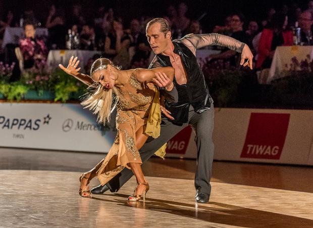 Krönender Abschluss im Congress Innsbruck: Die neunfachen Weltmeister Riccardo Cocchi und Yulia Zagoruychenko (beide starten für die USA) begeisterten mit ihrer Rumba die Fans im ausverkauften Saal Tirol.