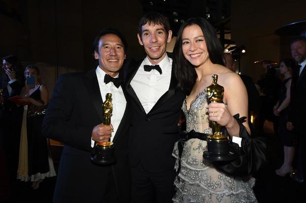 Die Dokumentarfilmer Jimmy Chin, Elizabeth Chai Vasarhelyi mit ihrem Protagonisten nach dem Gewinn des Oscars.