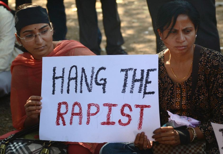 Tausende Männer und Frauen gingen nach dem Bekanntwerden der Tat auf die Straße. Sie forderten die Todesstrafe für die Vergewaltiger.