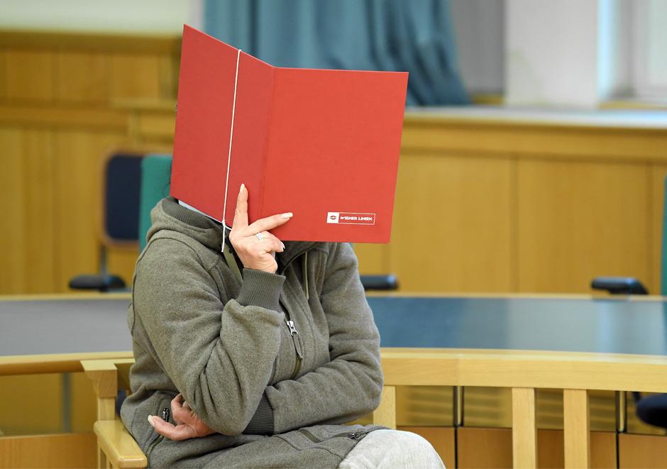 Die angeklagte Besitzerin einer Rottweilers vor Beginn der Gerichtsverhandlung.