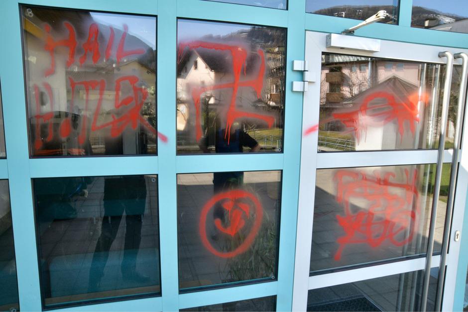 Auf die Eingangstür der Volksschule Wattens sprühten die Täter u. a. Nazi-Symbole.