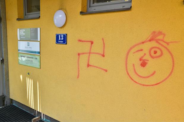Auch andere Fassaden wurde mit Graffitis besprüht.