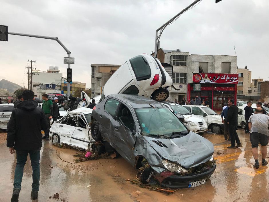 In der Stadt Shiraz wurden Autos zusammengeschoben.