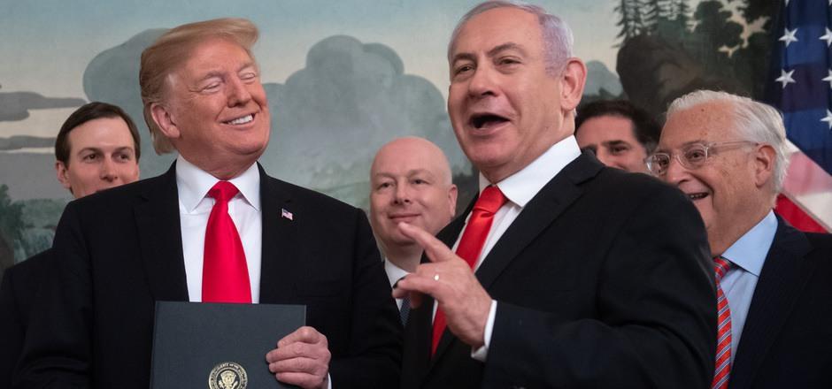 Trump (li.)  unterzeichnete  einem Besuch des israelischen Ministerpräsidenten Benjamin Netanjahu eine entsprechende Proklamation.