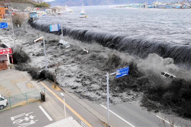 Nach einem Erdbeben rollte im März 2011 ein Tsunami über die japanisch Küstenregion und riss mehr als 18.000 Menschen in den Tod.