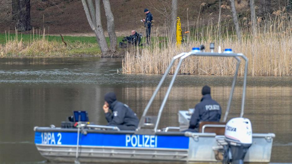 Polizeibeamte in einem Boot suchen mit Hilfe eines Echolots nach der vermissten Rebecca aus Berlin auf dem Herzberger See.