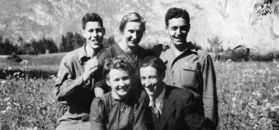 """Das """"Greenup-Team"""", Mai 1945: Von Oberperfuss aus übermittelten Hans Wijnberg (hinten l.), Fred Mayer (hinten r.) und Franz Weber wichtige Geheiminformationen an die Alliierten. Möglich wurde dies durch  mutiger Frauen wie Maria Hörtnagl (hinten)."""