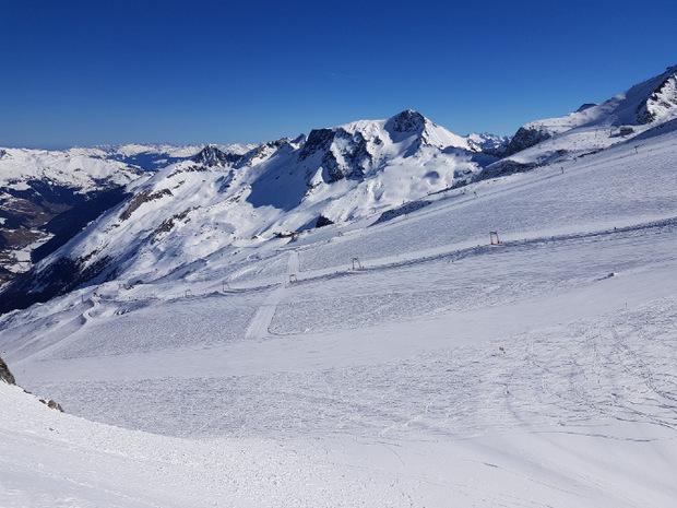 Ein interessanter Kontrast zur restlichen Tour: der Blick aufs Skigebiet Hintertuxer Gletscher.