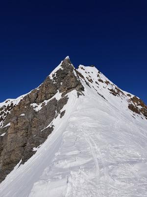 Von hier geht's noch etwa eine halbe Stunde entlang des spitzen Grates zum Gipfel.