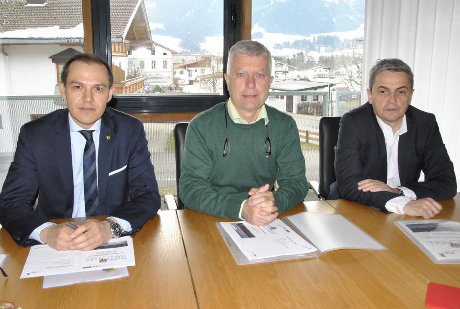 Freuen sich über die gute Entwicklung: (v.l.) Raiffeisen-Vorstand Peter Hechenblaikner, BM Dieter Wittlinger und ISK-GF Marco Fehr.