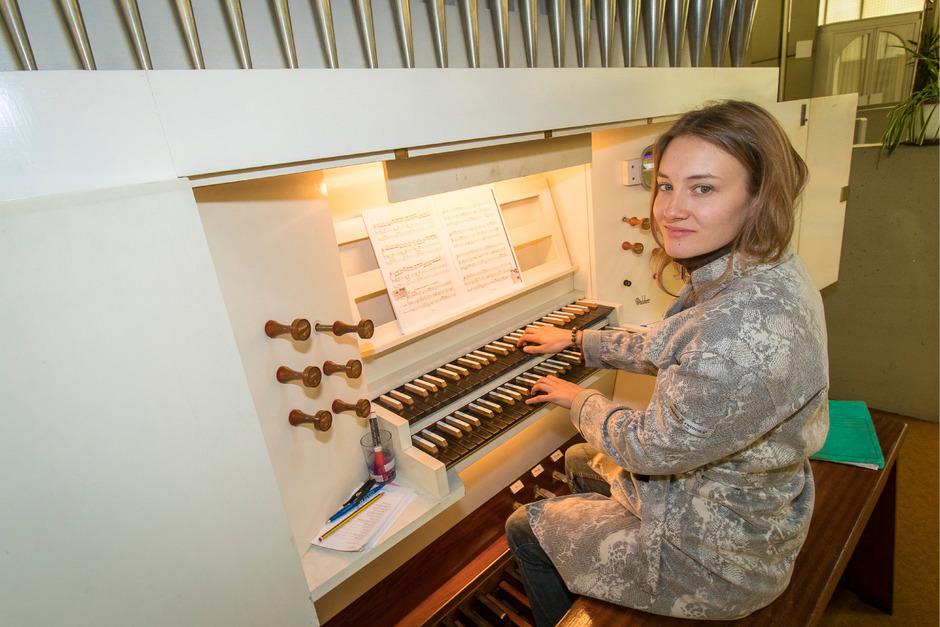 Viele Tasten, viele Pedale und Register: Elisabeth Hubmann an der Orgel in der Petrus-Canisius-Kirche.