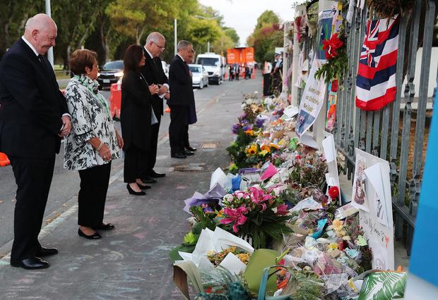 Australiens Premierminister Scott Morrison legt im  Beisein seiner Frau Blumen nieder.