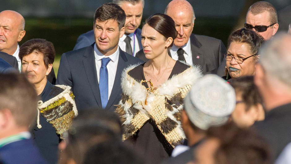 Dieses Mal trug Premierministerin Jacinda Ardern statt eines Kopftuches einen Maori-Umhang und sprach einige Sätze auf Arabisch.