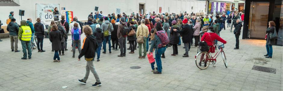 """""""Wir würden Verstärkung brauchen"""", meinen die Demo-Organisatoren. Sowohl die Teilnehmerzahl als auch die Zahl der Mitarbeiter im Komitee lasse zu wünschen übrig."""