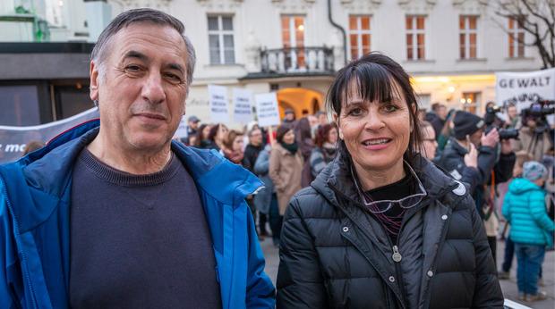 Wilfried Hanser und Christina Angerer organisieren die Donnerstagsdemos in Innsbruck. Für den Inhalt vom Poetry Slam bis zum Protestaufruf sorgt ein 15-köpfiges Komitee.