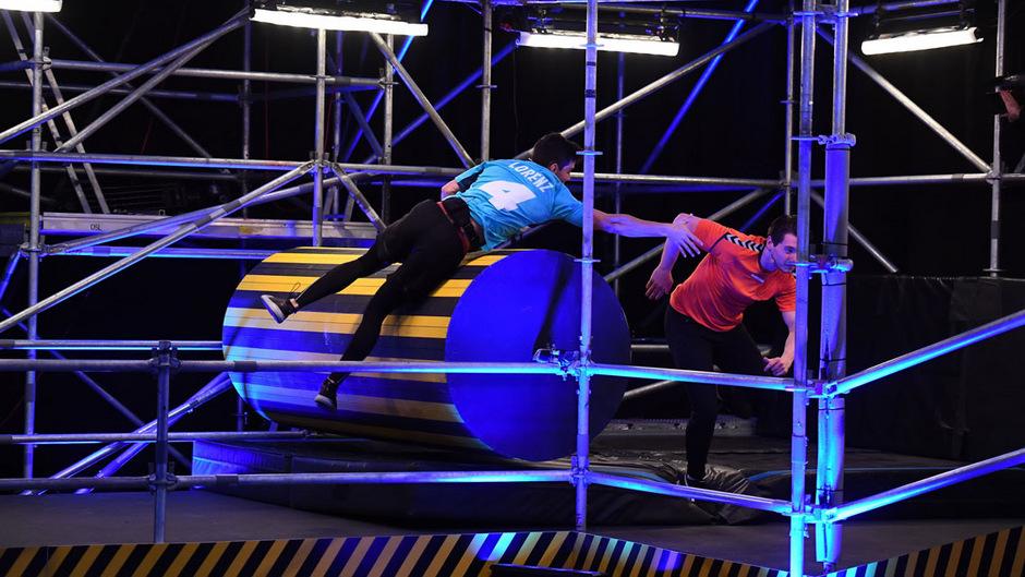 """Fänger vs. Gejagter: Lorenz (l.) muss in der Sat.1-Show """"Catch!"""" schnell und geschickt sein. Reicht die Leistung für den Einzug ins Finale?"""