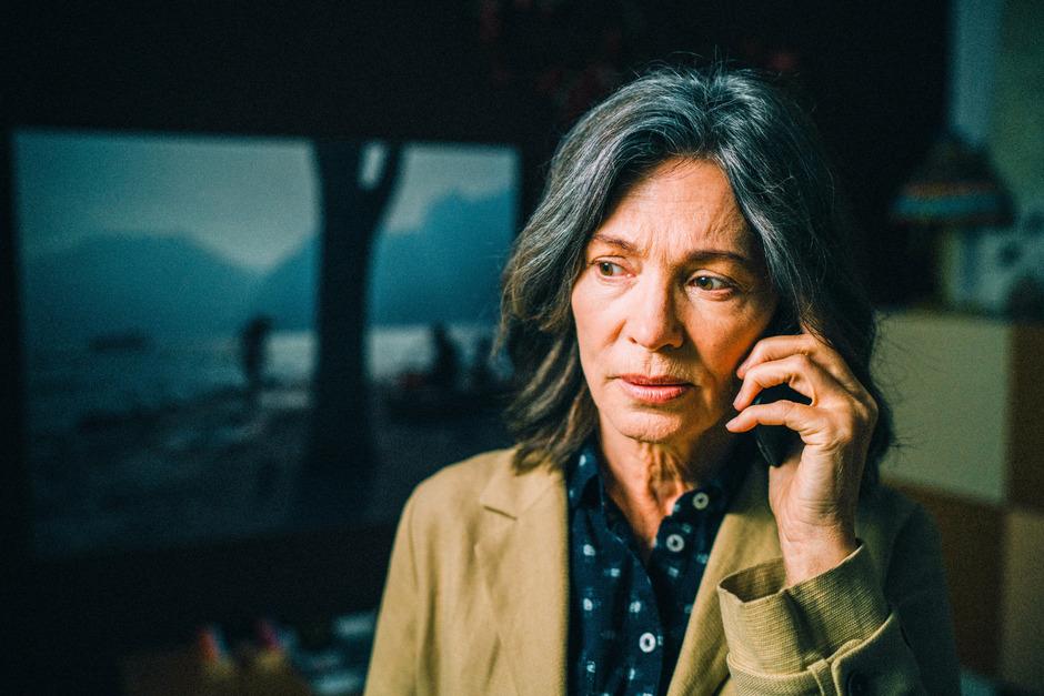 """Iris Berben wird zu Ostern in der Serie """"Die Protokollantin"""" auf ORF2 zu sehen sein. Dabei nimmt die deutsche Schauspielerin die Rolle der Protokollantin Freya Becker ein, die Tätern immer sehr nahe ist, jedoch nicht eingreifen kann."""