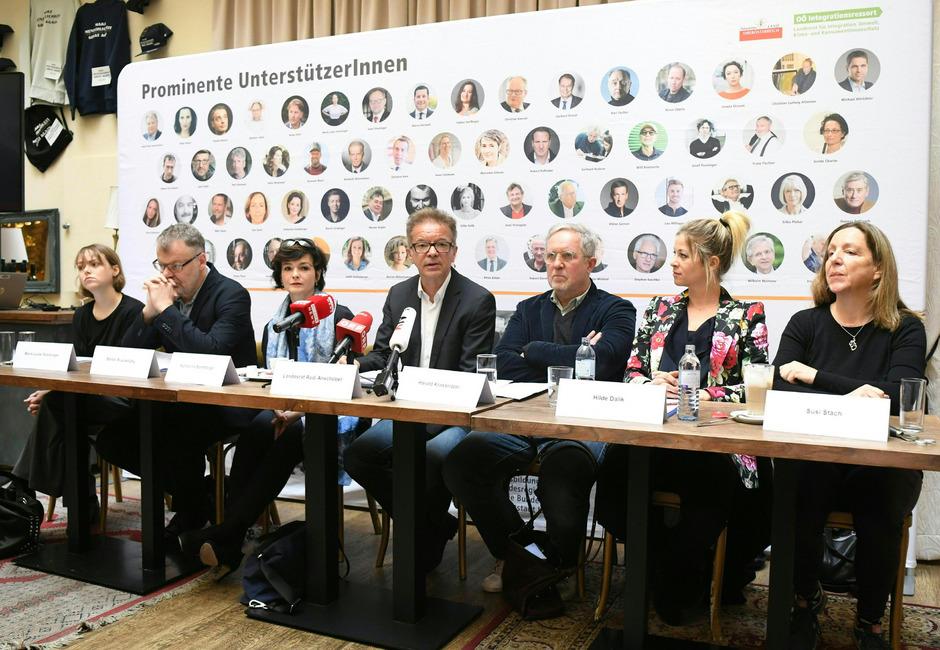 """Anschober, der Filmregisseur Ruzowitzky und die Schauspieler Stockinger, Stemberger, Krassnitzer, Dalik und Stach meinen, der Regierungsslogan """"Leistung muss sich lohnen"""" habe auch für Asylwerber zu gelten."""