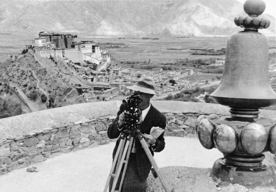 Peter Aufschnaiter beim Vermessen von Lhasa, dahinter der Potala-Palast.