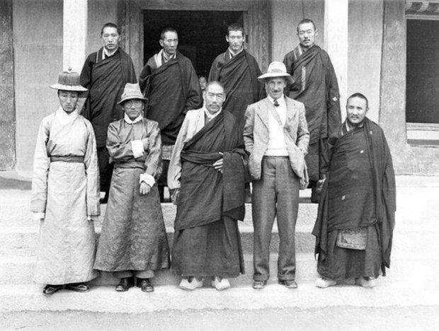 Peter Aufschnaiter mit tibetischen Würdenträgern und Freunden 1950.