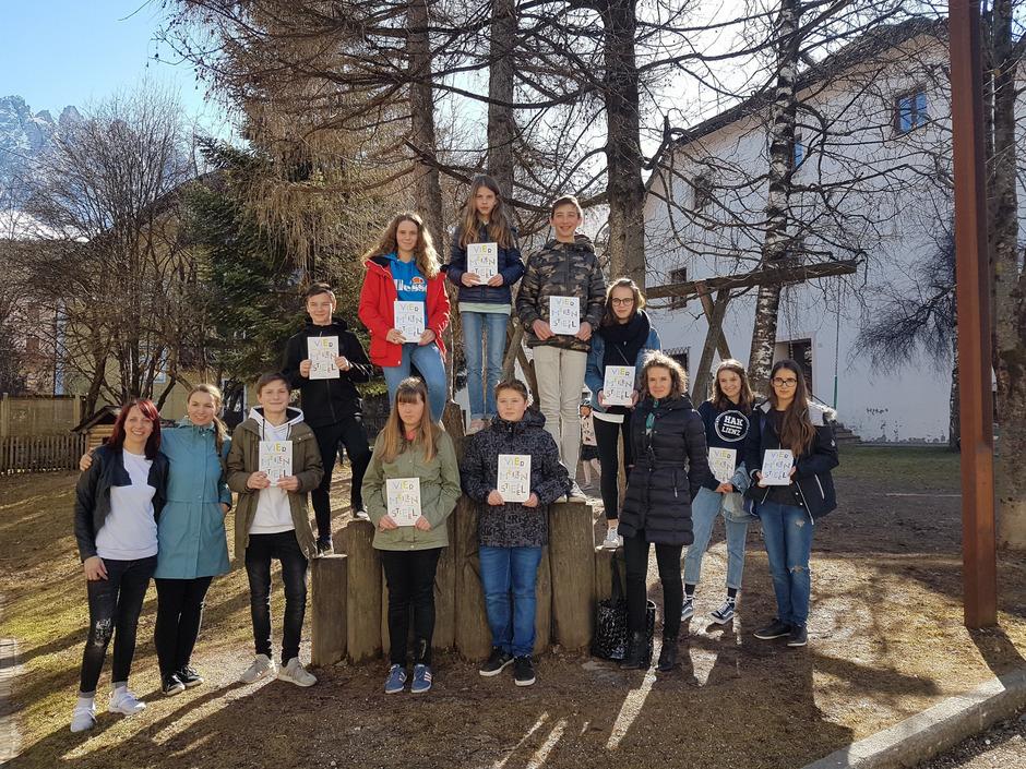 """Schüler und Lehrer sind stolz auf die Osttiroler Beiträge im Buch """"Viermeilenstiefel""""."""