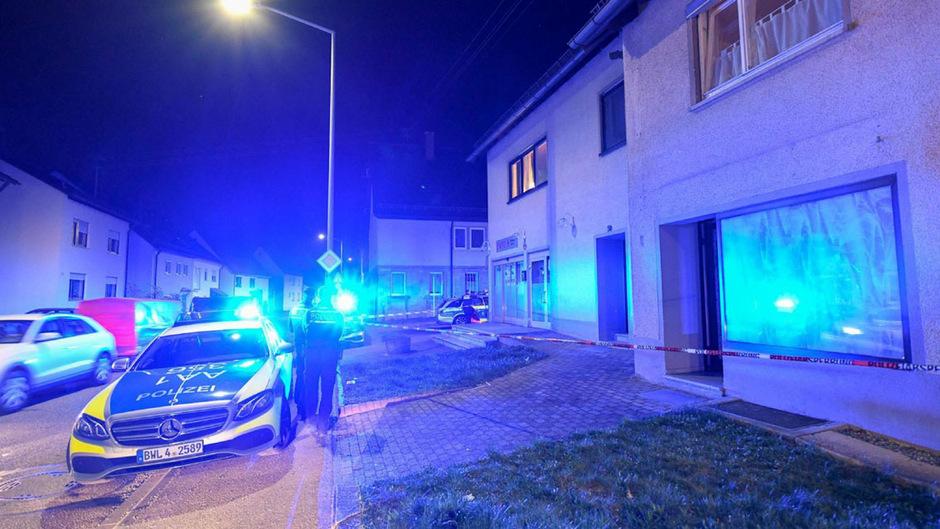 Ein Polizeiauto vor dem Tatort.