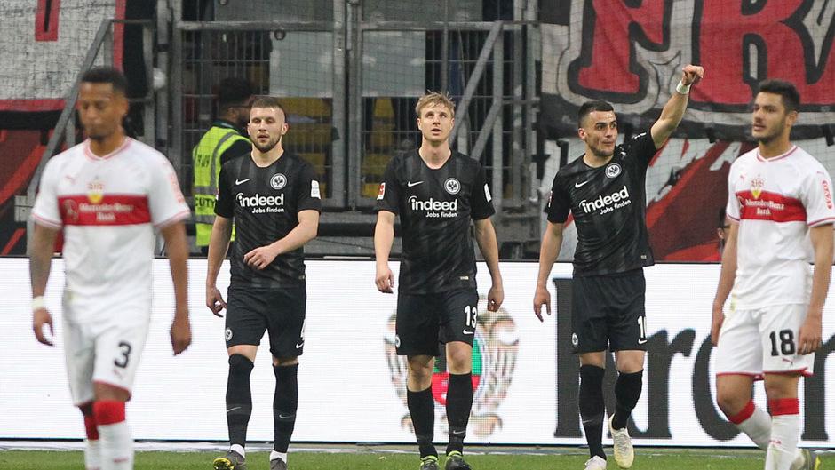 Luka Jovic (r.) feiert seinen Treffer zum 3:0.
