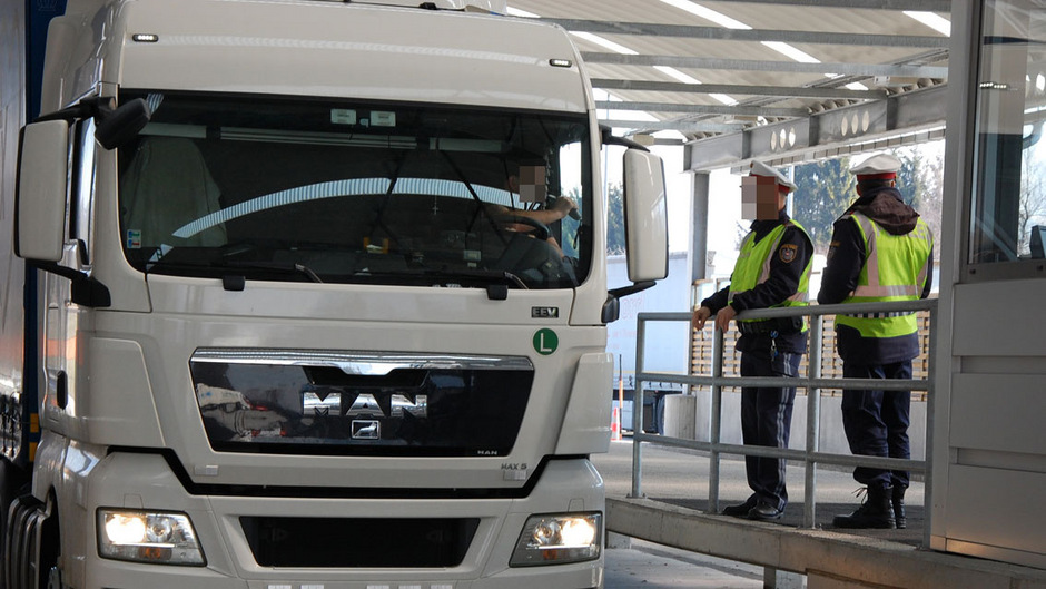Es gibt zwar strengere Kontrollen, aber die EU-Gesetze lassen viele Schlupflöcher für die Ausbeutung der Lkw-Fahrer zu.