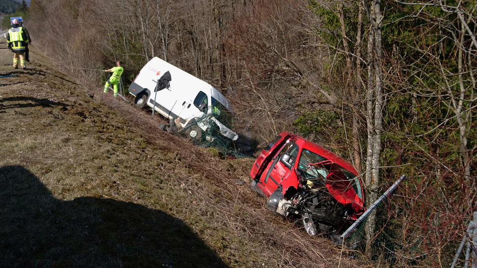 Die Unfallfahrzeuge auf der Fernpassstraße wurden durch die Wucht des Aufpralls über eine Böschung geschleudert.