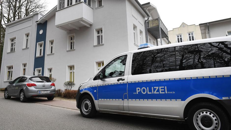 Ein Polizeiauto steht vor dem Wohnhaus, in dem die junge Frau tot aufgefunden wurde.