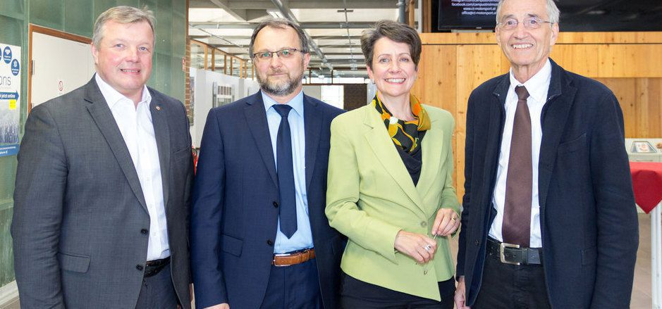 Landesrat Bernhard Tilg, Univ.-Prof. Petar Grbovic, Infineon-Austria-Chefin Sabine Herlitschka und Uni-Rektor Tilmann Märk (v.l.).
