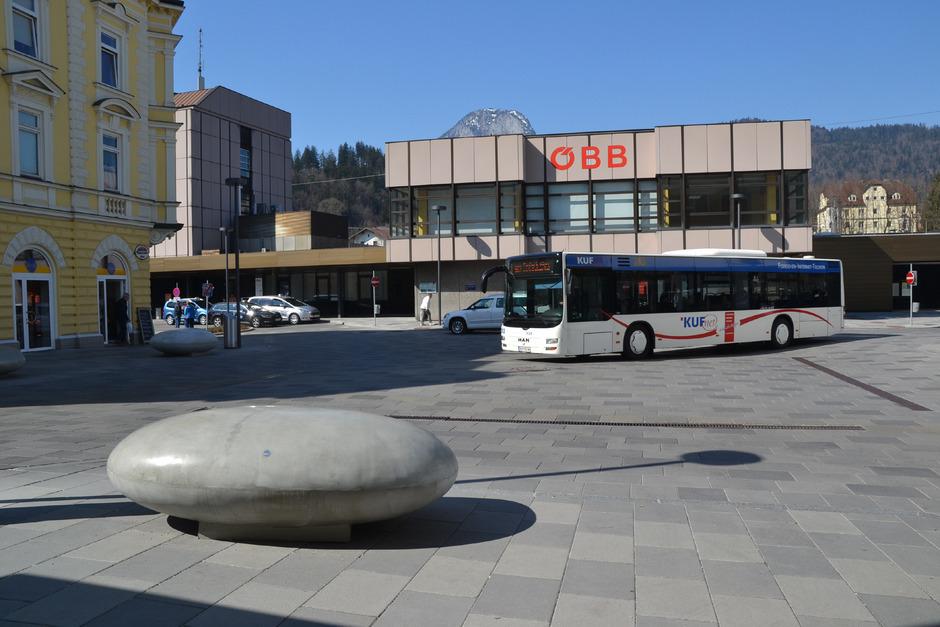 Die uhrlose Gestaltung des Bahnhofsgebäudes und der gepflasterte Vorplatz sorgen in Kufstein für Diskussionen.