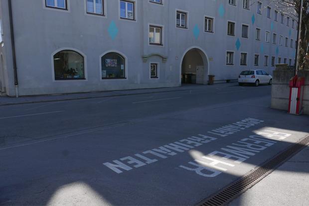 Gegenüber der Feuerwehrausfahrt in die Andreas-Hofer-Straße wurden neue Halte- und Parkverbote erlassen.