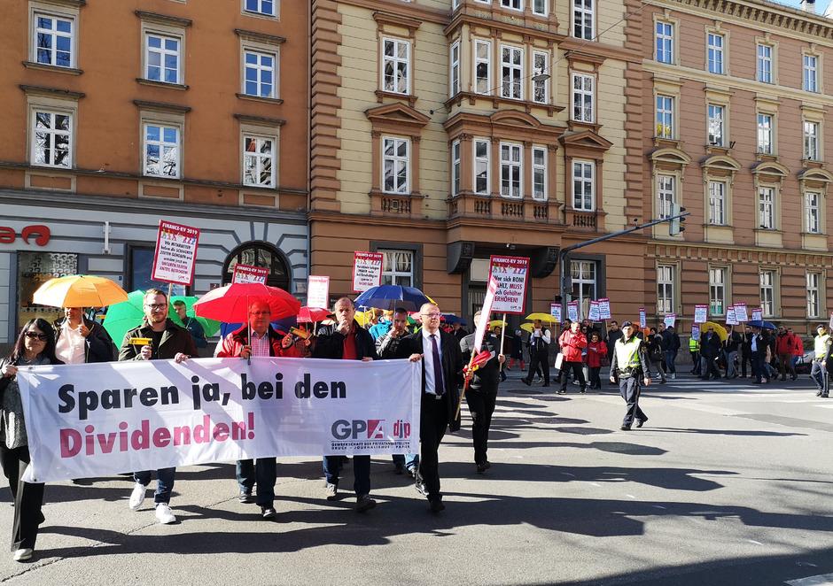 uch in Innsbruck wurde gestern für einen besseren KV-Abschluss der Bankangestellten protestiert.