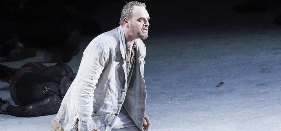 Orest (Thomas Johannes Mayer) ist in Manfred Trojahns Oper von Rachegöttinnen verfolgt und von Angst zerfressen.