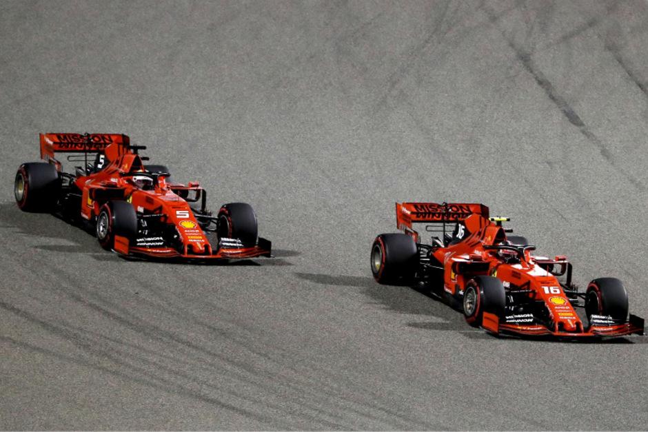 Ein Bild mit Symbolcharakter: Sebastian Vettel muss sich hinter seinem Teamkollegen Charles Leclerc anstellen.