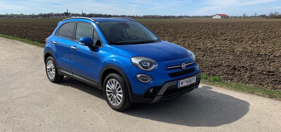 """Erfrischend in der Farbwahl, gefällig im Design: Der Fiat 500X im stilechten """"Italia Blau"""" macht gute Laune, egal ob man ihn von drinnen oder von draußen betrachtet."""