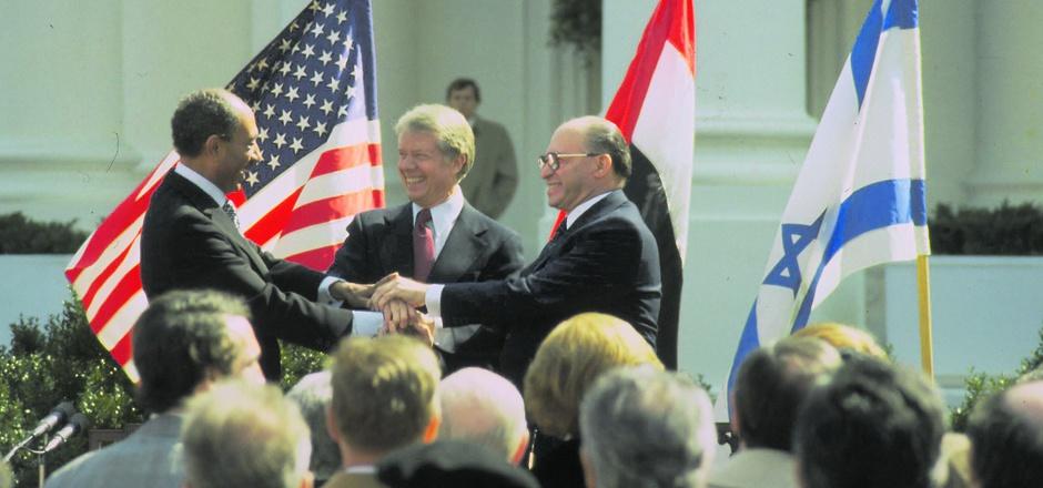 Nach Unterzeichnung des Friedensvertrages zwischen Israel und Ägypten Freude bei den Hauptakteuren (v. l.): Ägyptens Staatspräsident Anwar as-Sadat, US-Präsident Jimmy Carter und Israels Ministerpräsident Menachem Begin.