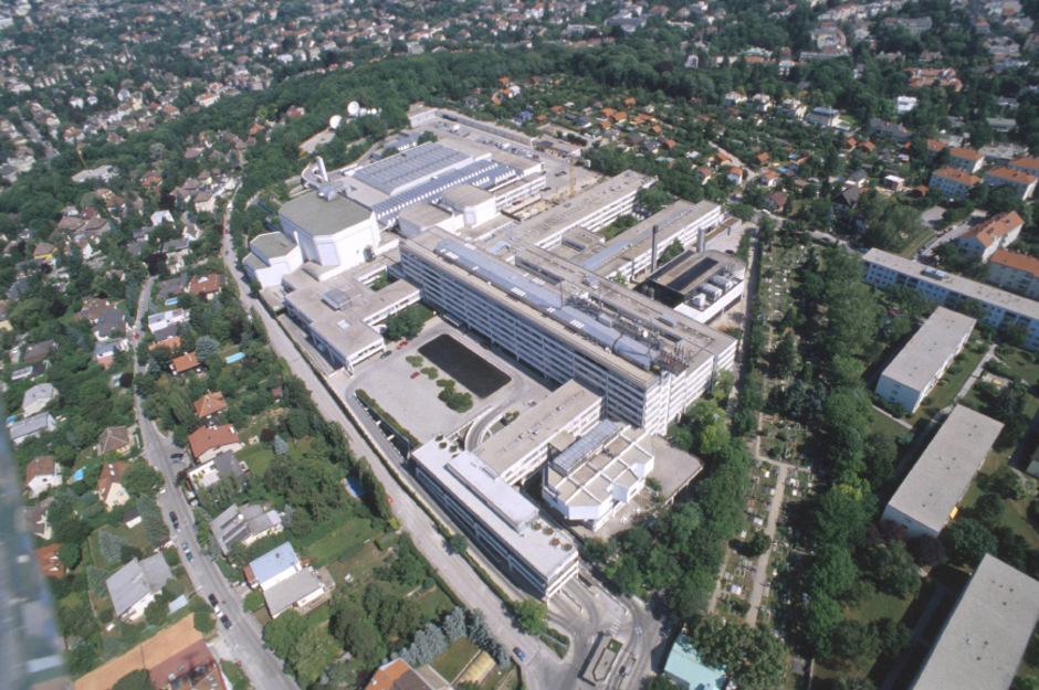 Am Küniglberg in Wien ist die Aufregung groß. Die GIS-Gebühren machen zwei Drittel des ORF-Gesamtbudgets aus. Mitarbeiter fürchten um ihre Jobs und um die Unabhängigkeit des Senders.