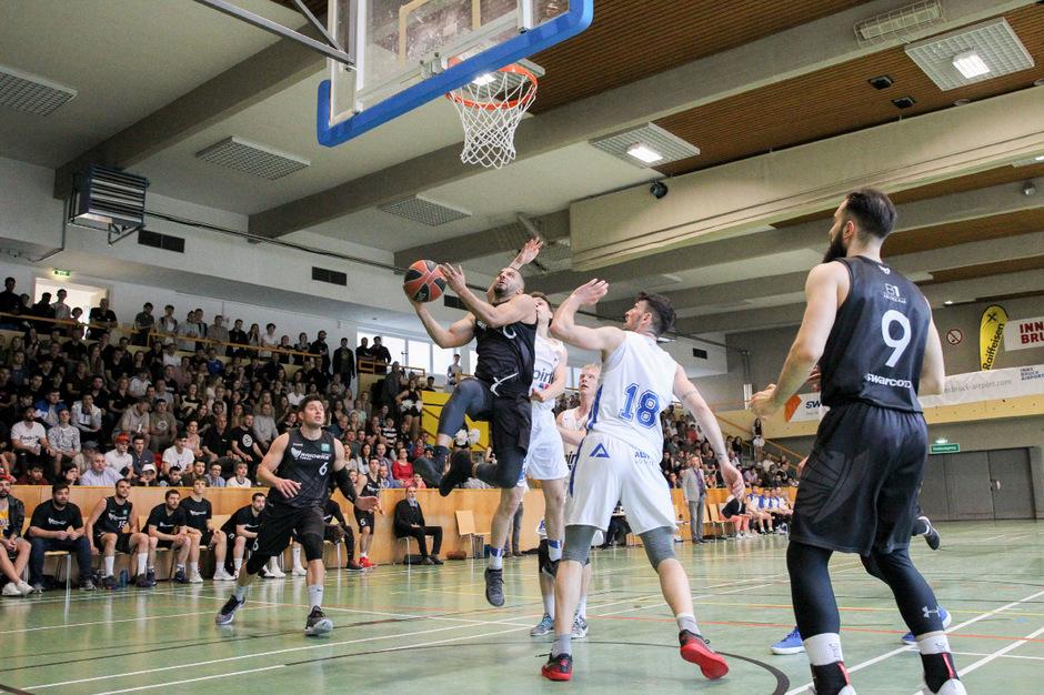 Am Sonntag machten die Swarco Raiders (schwarz) und die Kufstein Towers in der vollgefüllten Innsbrucker Leitgebhalle im Tiroler Landesliga-Finale Lust auf mehr. Und es soll viel mehr davon geben.