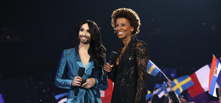 Kiesbauer moderierte 2015 den Eurovision Song Contest in Wien. Hier mit Vorjahressiegerin Conchita Wurst.