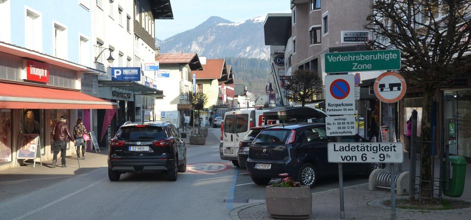 Eine verkehrsberuhigte Zone ist die Bahnhofstraße schon, jetzt wird wieder über eine Fußgängerzone diskutiert.