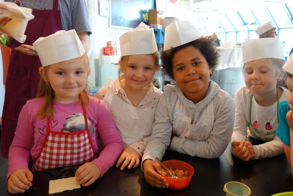 Ob beim Füllen von Blätterteigtaschen, beim Kneten von Brotteig oder bei einer Station rund ums richtige Tischdecken – Schulkinder aus ganz Tirol hatten gestern im Congress Innsbruck sichtlich Spaß.