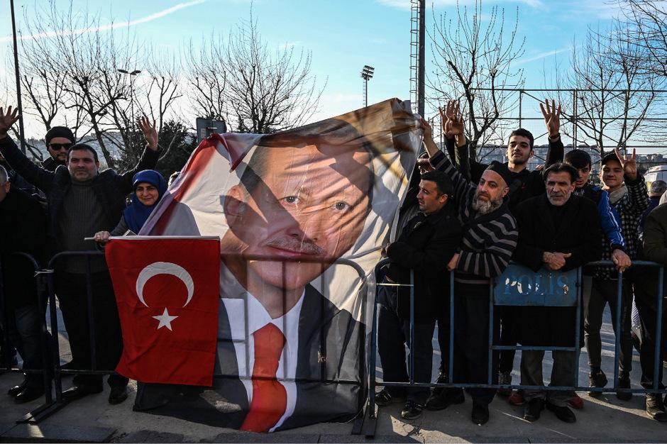 AKP-Anhänger am Tag nach der Wahl vor dem Parteisitz in Istanbul.