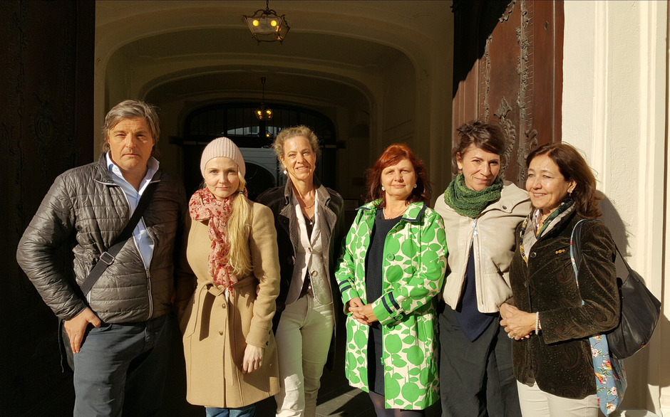Belasten Gustav Kuhn: (v.li.) Christoph Ziermann (Ex-Marketing-Leiter Erl), Manuela Dumfart, Julia Oesch, Anwältin Petra Smutny, Mona Somm und Bettine Kampp vor der Gleichbehandlungskommission.