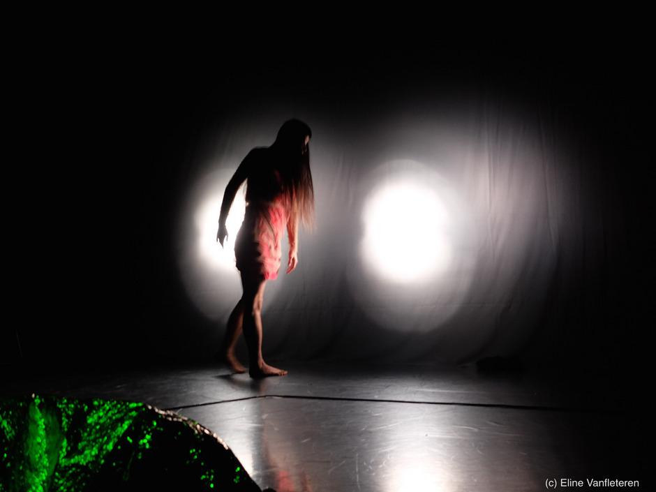"""Geheimnisvolle Szene aus der Tanzperformance """"I Put a Spell on You"""". Diese ist am 14.4. in Hall live zu erleben."""
